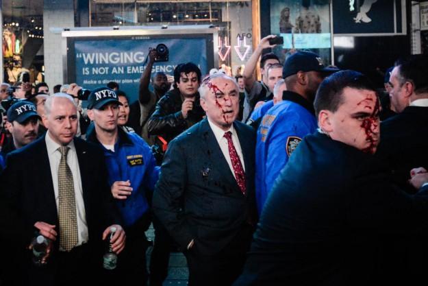 à NYC, les flics reçoivent en pleine tronche la rage de la foule
