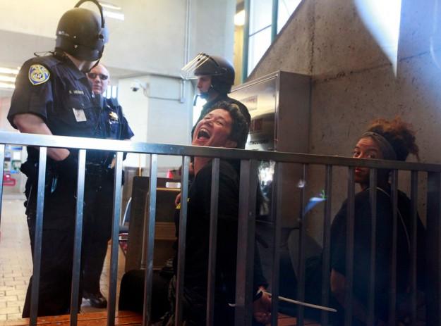 Deux manifestantes arrêtées à Oakland à la suite du blocage d'une station des transports BART le 28 novembre 2014