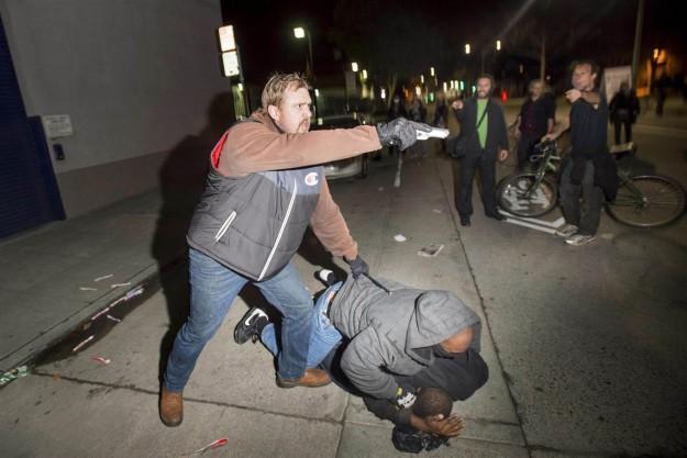 Flic infiltré menaçant les manifestants avec son arme lors d'une arrestation