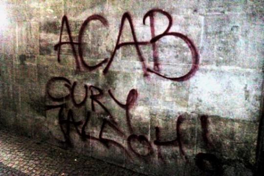 """Tags sur ses murs ; """"ACAB - Oury Jalloh"""""""