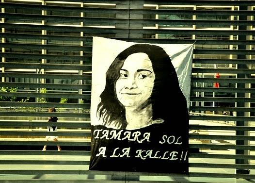 Banderole suspendue sur les grilles du tribunal de Santiago lors du procès
