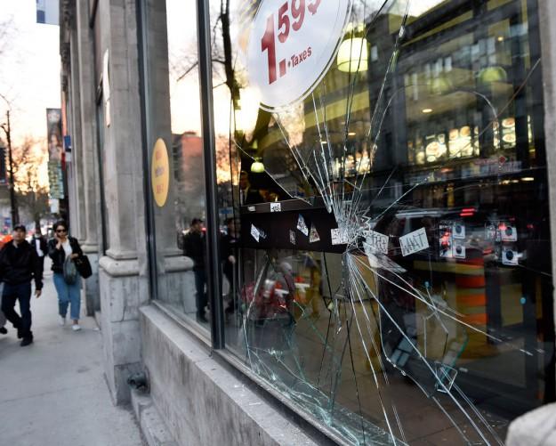 Des vitrines de magasins ont volé en éclats dans les rues du centre-ville de Montréal.