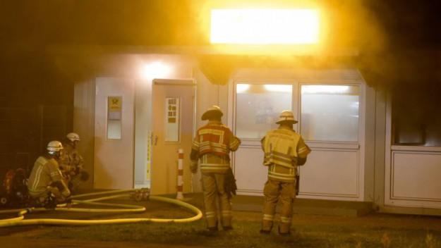 l'agence de la 'postbank'  en flammes