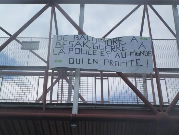 Banderole suspendue sur la passerelle à la station de tram/bus d'Allende à Planoise samedi 16 mai 2015