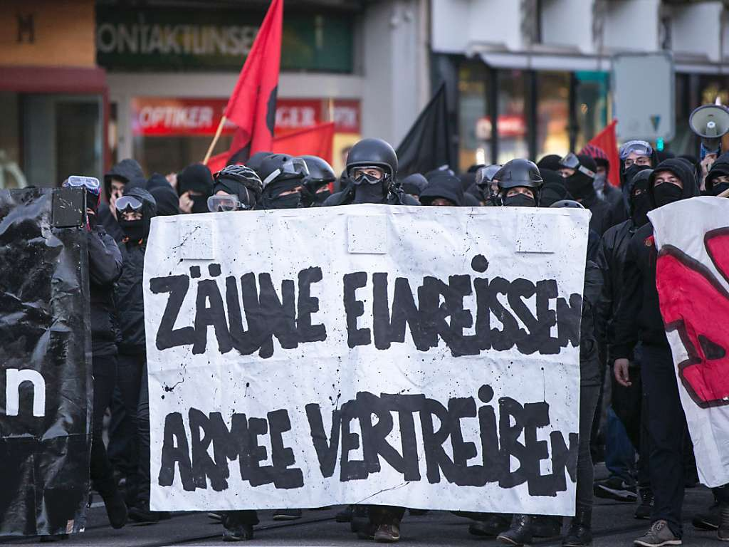 """""""Rasons les barrières - Chassons l'armée"""""""