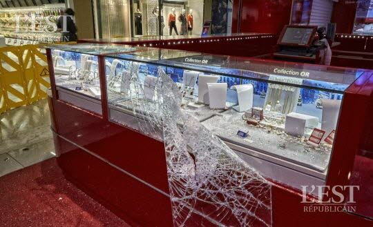 trois-vitrines-sont-tombees-sous-les-violents-coups-de-masse-assenes-par-le-casseur-du-saint-seb-photo-patrice-saucourt-1448319087
