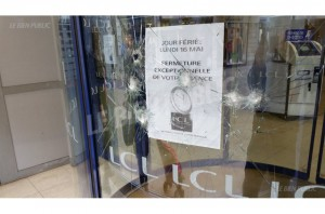 des-impacts-sur-la-vitrine-du-lcl-rue-de-la-liberte-photo-lbp-1462955582