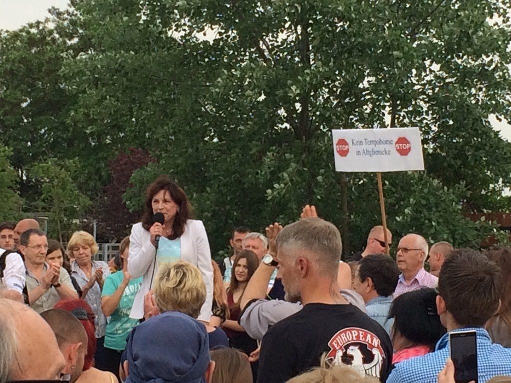 La députée en question en compagnie de citoyens racistes mobilisés contre un centre de migrants