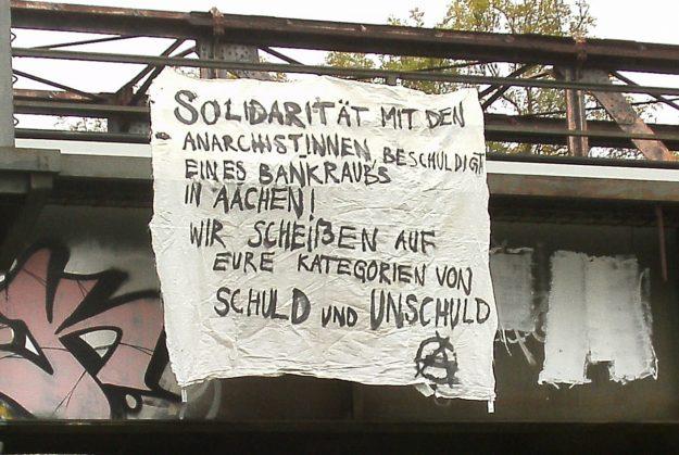 """""""Solidarité avec les anarchistes accusées de braquage de banque à Aachen! Nous n'en n'avons rien à foutre de vos catégories de coupables et d'innocents"""""""